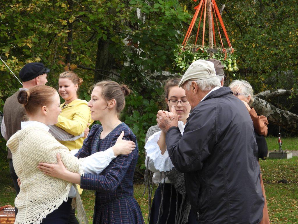 Dans med publiken på Mikaeli Marknad 2019.